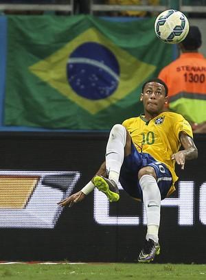 Bicicleta Neymar Brasil x Peru (Foto: EFE)