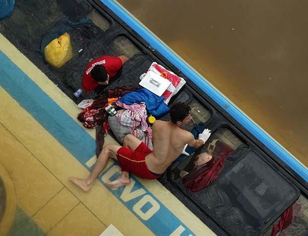Ônibus tomba e cai dentro de rio na BR-116 entre Muriaé e Miradouro, MG (Foto: Silvan Alves/Silvanalves.com.br)
