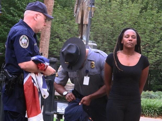 Bree Newsome foi presa, e a bandeira foi recolocada no lugar  (Foto:  AP Photo/Bruce Smith)
