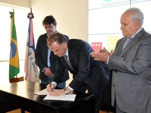 Governador Renato Casagrande assina o decreto que cria o Fundo de Desenvolvimento Estadual, no Palácio Anchieta (Foto: Reinaldo Carvalho/Divulgação Ales)