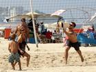 Fernanda Lima e Rodrigo Hilbert levam os filhos à praia