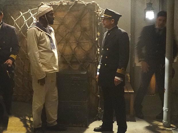 Zé Maria prende o comandante do navio e o leva para o porão (Foto: Lado a Lado / TV Globo)