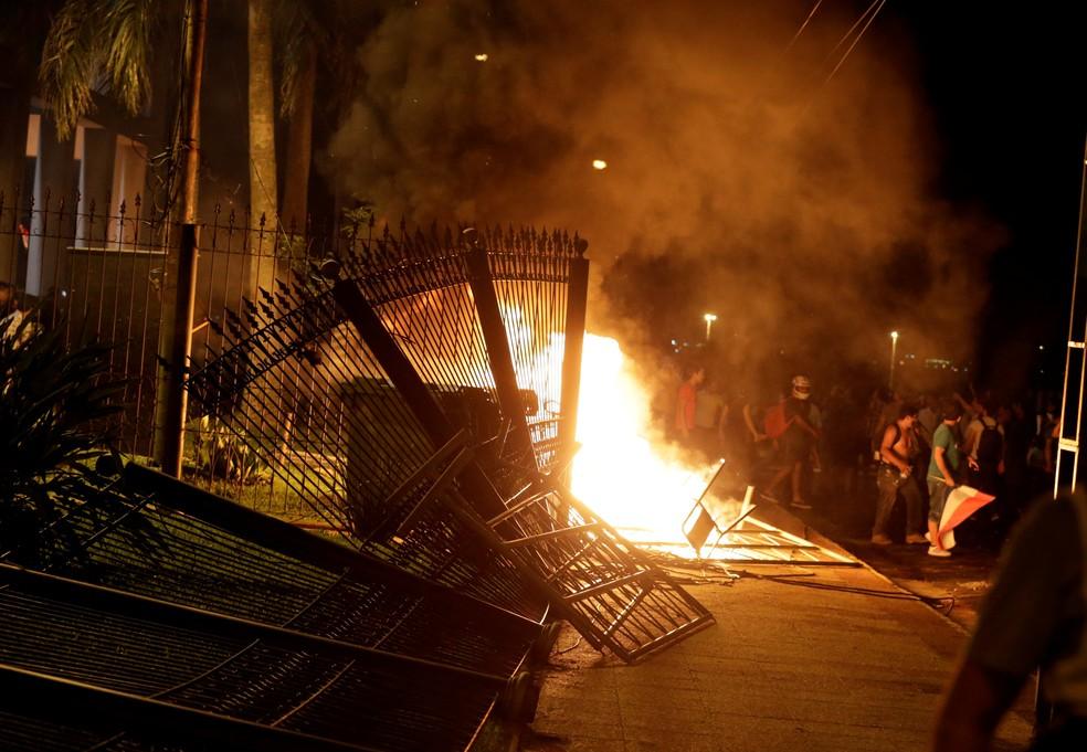 Manifestantes põem fogo no prédio do Congresso do Paraguai em 31 de março, durante protesto contra aprovação emenda que permitiria reeleição presidencial (Foto: Reuters/Jorge Adorno)