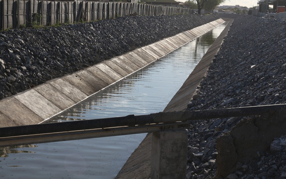 Água que chega em Monteiro foi coletada para análise em laboratório (Foto: Artur Lira/G1/Arquivo)
