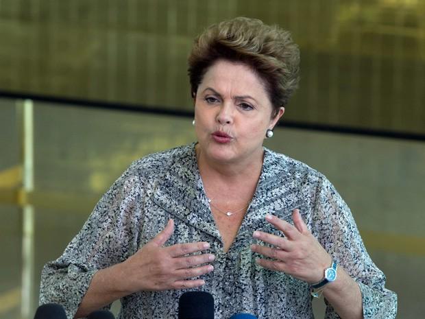 A presidente Dilma Rousseff, candidata a reeleição, durante entrevista coletiva no Palácio da Alvorada neste domingo (24) (Foto: Ed Ferreira/Estadão Conteúdo)