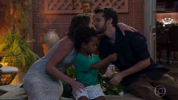 Haja Coração: Camila (Agatha Moreira) e Giovanni (Jayme Matarazzo) adoram menino e formaram a família feliz (Foto: Reprodução da TV Globo)