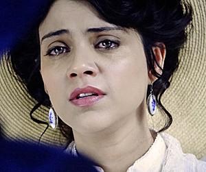 Alice ouve as acusações de Dolores (Foto: Amor Eterno Amor/TV Globo)