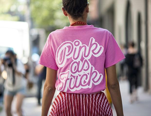 Camisetas com frases divertidas continuam em alta na moda (Foto: Imaxtree)