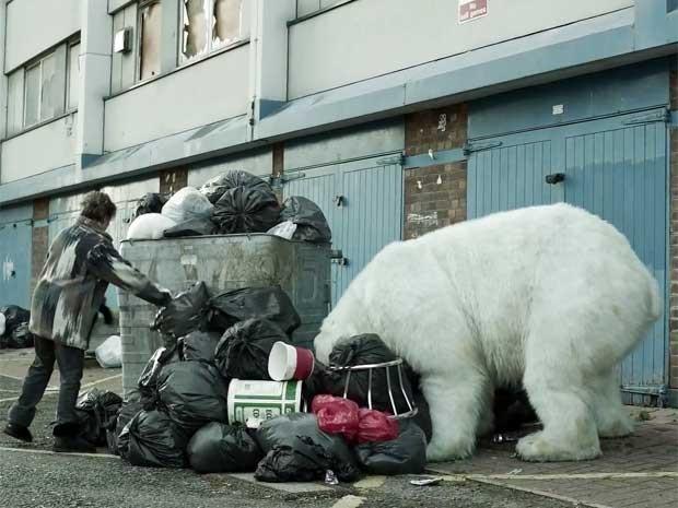 Cena de filme de campanha do Greenpeace mostra urso polar revirando o lixo em Londres. (Foto: Youtube/Reprodução)