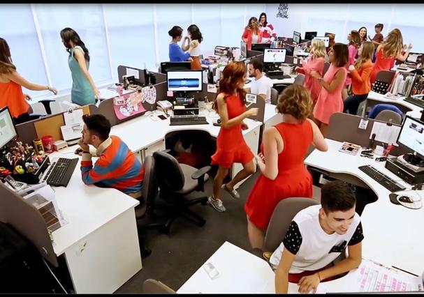 """Redação em festa no #clipeglamour de """"What a Feeling"""" (Foto: Reprodução)"""