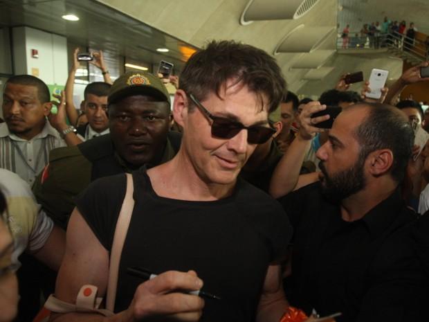 Vocalista Morten Harket foi cercado por fãs no desembarque no aeroporto internacional de Belém (Foto: Tarso Sarraf / O Liberal)