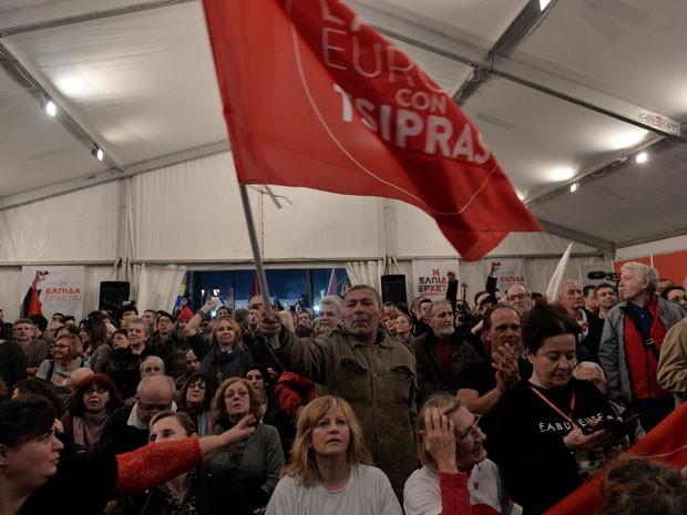 Apoiadores do partido Syriza celebram maioria dos votos em pesquisa de boca de urna (Foto:  Louisa Gouliamaki/AFP Photo)