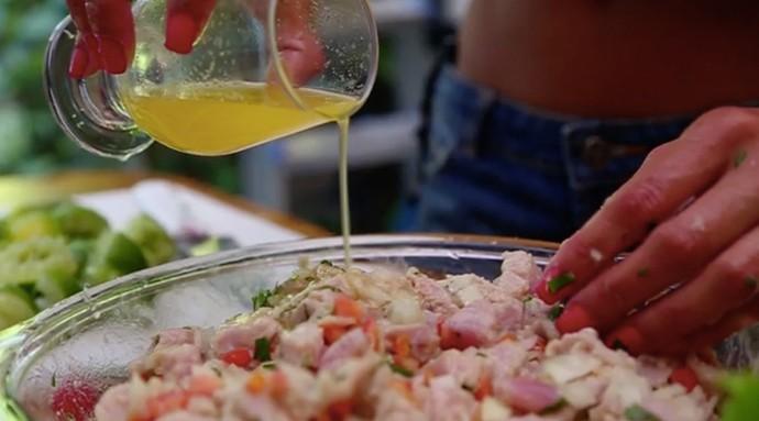Bruna Salvatori prepara o ceviche de atum noronhense (Foto: Gshow)
