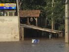 Rio enche após chuva no Norte e tira moradores de casa em São Borja, RS