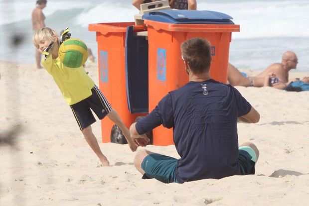 Rodrigo Hilbert joga futebol os filhos na praia do Leblon (Foto: Ag News)