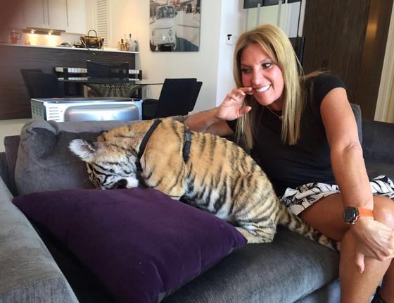 Lucília Diniz posa com um tigre na suíte do hotel W South Beach, em Miami (Foto: Divulgação)