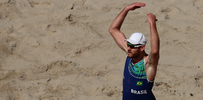 Alison vibra com ponto ao lado de Bruno no volei de praia (Foto: Patrick Smith/Getty Images)
