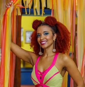 Maria Bia mostra como fazer a make de Soraia (Artur Meninea / Gshow)
