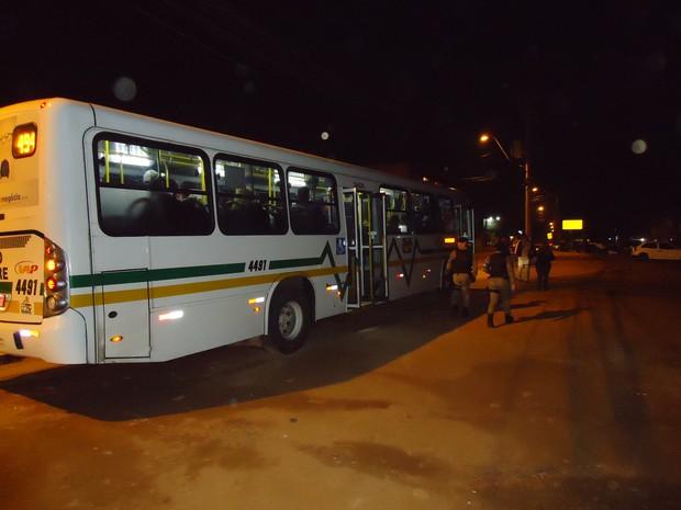Policiais abordaram ônibus para coibir assaltos em Porto Alegre (Foto: Divulgação/20º BPM)