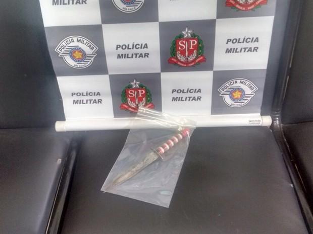 Faca usada no crime foi apreendida pela equipe (Foto: Polícia Militar/Divulgação)