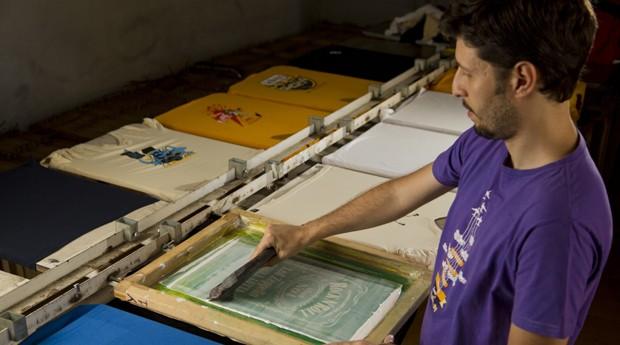 Anderson dos Santos, da roquenrou.com, vende cerca de 600 camisetas por mês para fãs de rock de todo o Brasil  (Foto: Fabricio Menicucci)