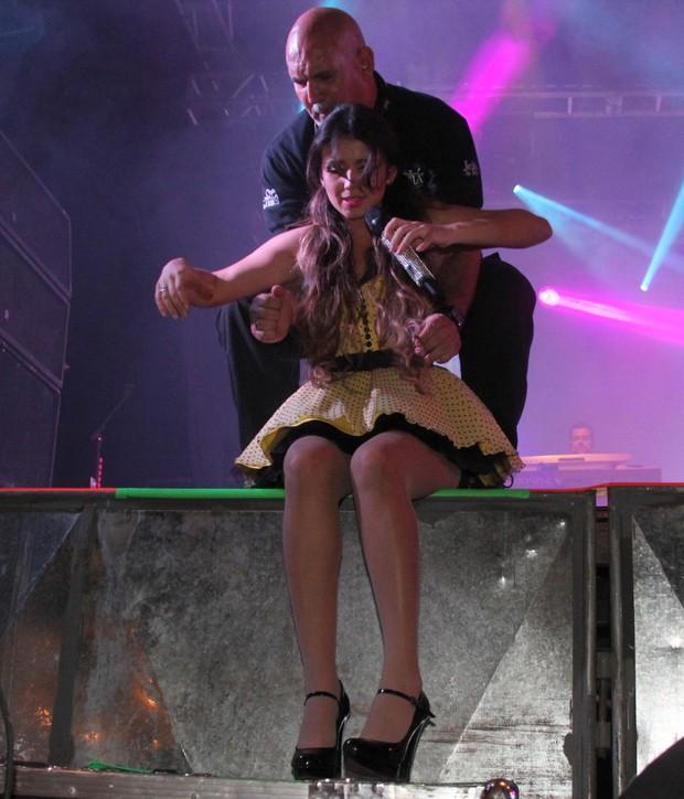 Paula Fernandes recebe ajuda para subir ao palco novamente (Foto: Wesley Costa/Ag News)