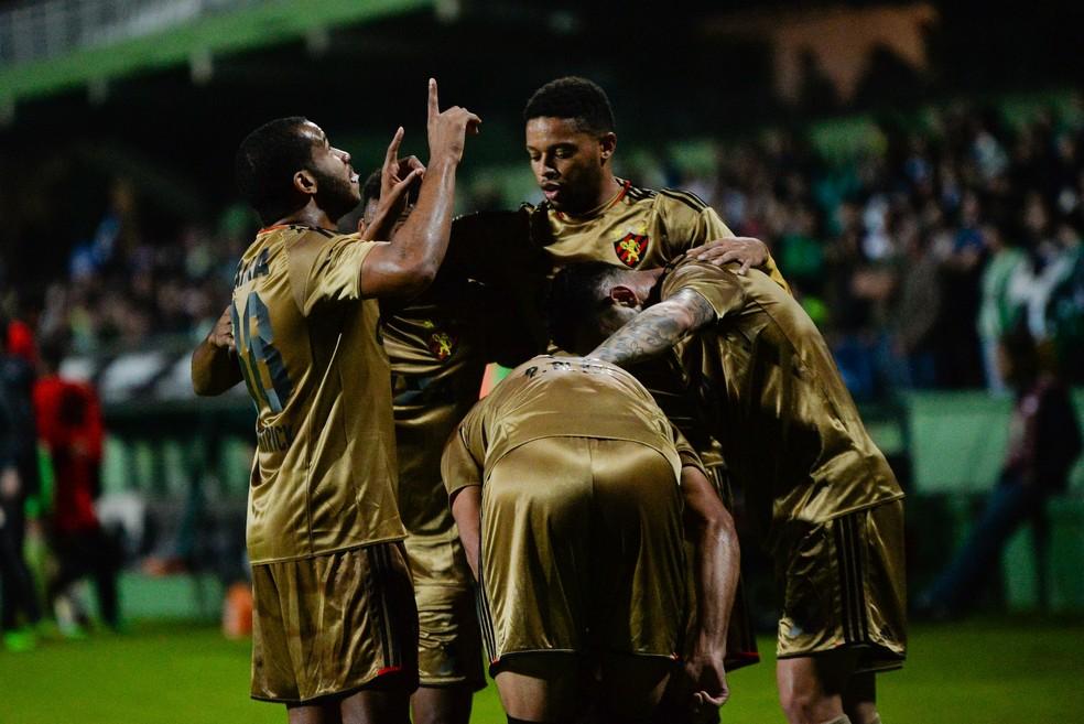 Sport comemora vitória fora de casa sobre o Coritiba, na 12ª rodada do Brasileirão (Foto: Estadão Conteúdo)
