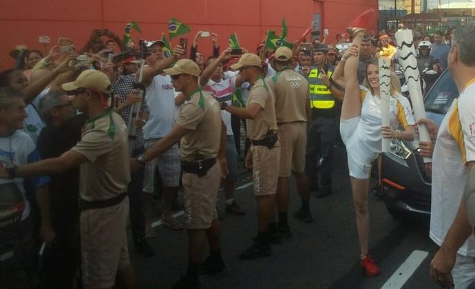 Natália Gaudio com a tocha olímpica em Jacareí (Foto: Felipe Kyoshy/GloboEsporte.com)