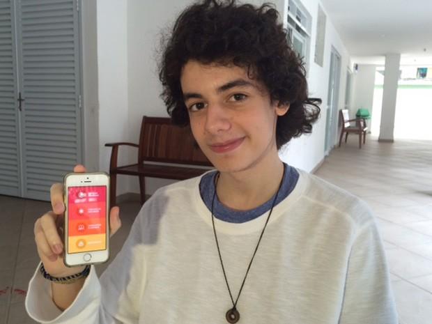 O ator Gabriel Borgongino usa o aplicativo G1 Enem para estudar nos intervalos das gravações de Malhação. (Foto: Cristina Boeckel/ G1)