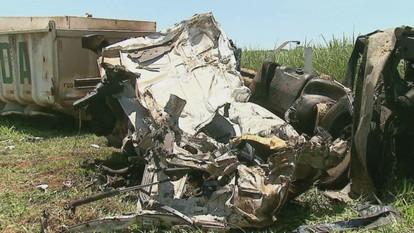 Acidentes envolvendo carros e caminhões deixam três mortos na SP-255