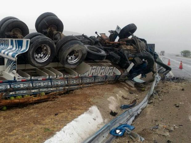Caminhão carregado de coco tomou após colisão (Foto: Blog do Marcos Frahm)