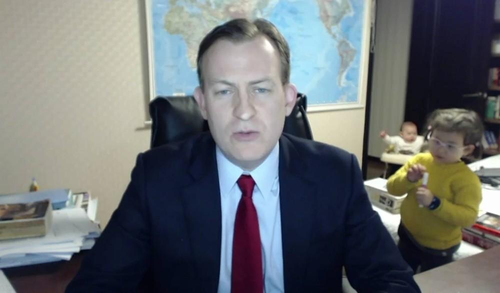 Professor Robert Kelly dava entrevista ao vivo para a rede britânica de TV BBC quando foi interrompido por seus dois filhos (Foto: BBC)