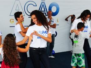 Atores de Salve Jorge na Ação Global do Complexo do Alemão (Foto: Divulgação / Kiko Cabral)