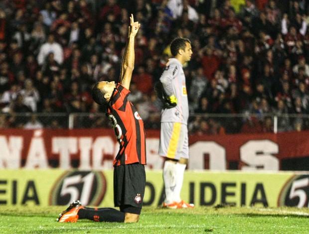 Roger comemora gol do Atlético-pr contra o Atlético-mg (Foto: Joka Madruga / Futura Press)