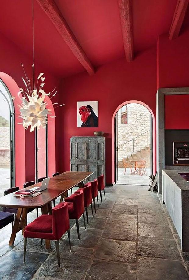 Décor do dia: sala de jantar de fazenda integrada totalmente vermelha (Foto: Divulgação)