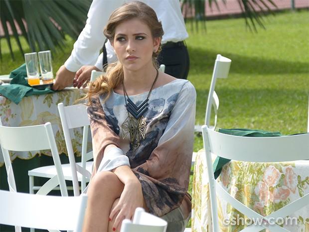 Mesmo durante o casamento triplo, a patricinha não consegue mascarar o mau humor (Foto: Carol Caminha / TV Globo)