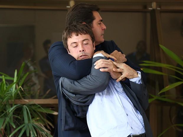 Marcos tenta segurar o rapaz! (Foto: Raphael Dias/Gshow)