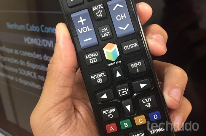 Clique no botão Smart Hub do controle da Smart TV da Samsung (Foto: Lucas Mendes/TechTudo)