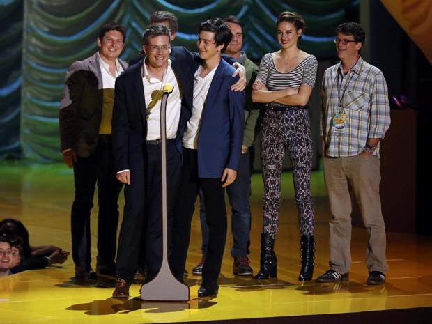 John Green e elenco recebem prêmio de melhor filme por 'A culpa é das estrelas' no MTV Movie Awards 2015 (Foto: REUTERS/Mario Anzuoni)