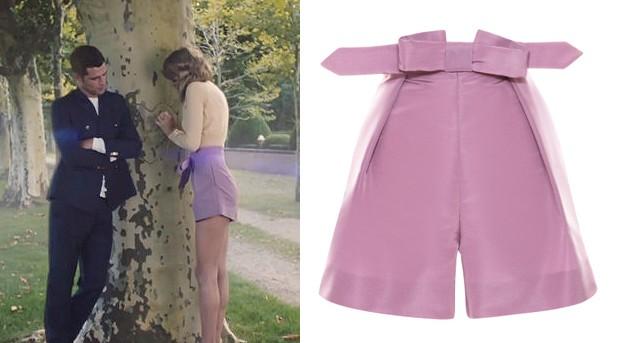 Apaixonada por cintura alta e looks de pegada retr, Taylor aparece com um short lils da marca Katie Ermilio que custa US$ 995,00 (cerca de R$ 2.600,00) no site oficial. Muito fofo, no ? (Foto: Reproduo / Getty Images)