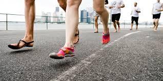 Correr usando o calcanhar para atacar o solo ou a ponta dos pés