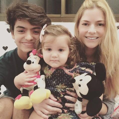 Ana Paula Tabalipa com o filho mais velho e a caçula (Foto: Divulgação)