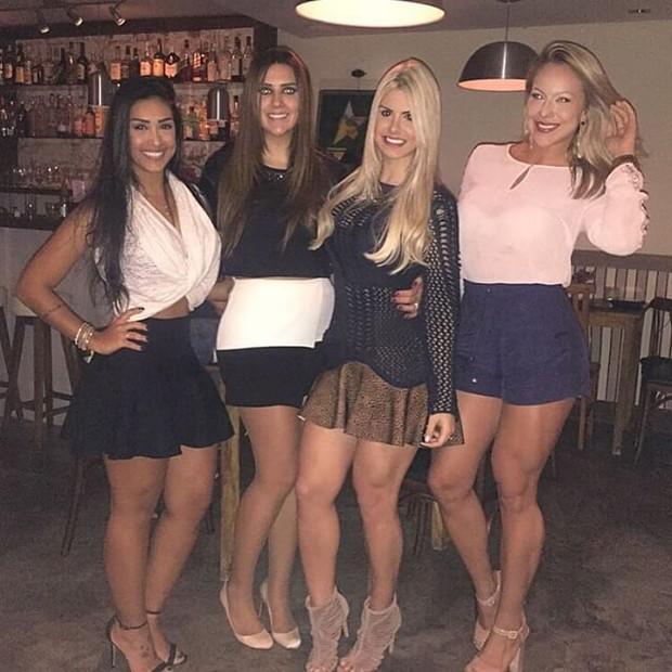 Ex-BBBs Amanda, Tamires e Julia com uma amiga em restaurante em São Paulo (Foto: Instagram/ Reprodução)