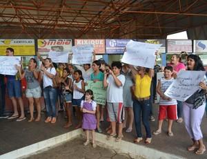 Equipe feminina de vôlei de Rondônia é recebida em Vilhena com cartazes de amigos e família (Foto: Lauane Sena)