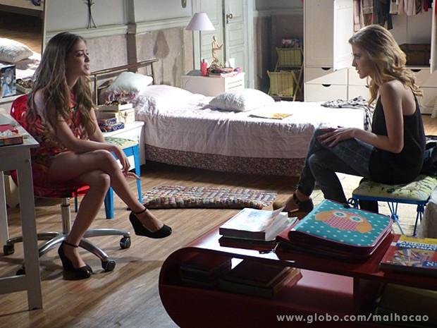 Flaviana conta da má fama do playboy, mesmo assim Sofia fica interessada (Foto: Malhação / TV Globo)