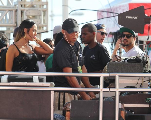 Letícia e Caio curtem Trio em Salvador (Foto: Thiago Duran/AgNews)