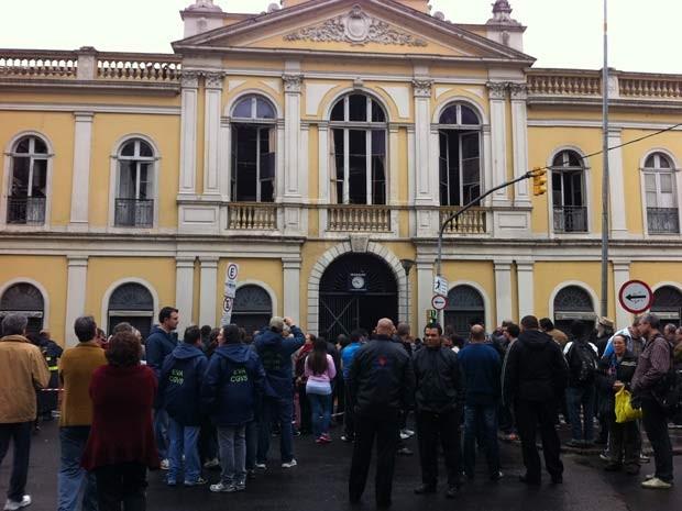 Peritos fizeram vistoria no Mercado Público no dia seguinte ao incêndio (Foto: Gabriela Haas/G1)