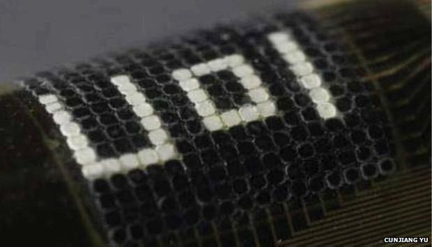 Pesquisadores testaram o novo material com as iniciais da Universidade de Illinois (Foto: Cunjiang Yu/BBC)