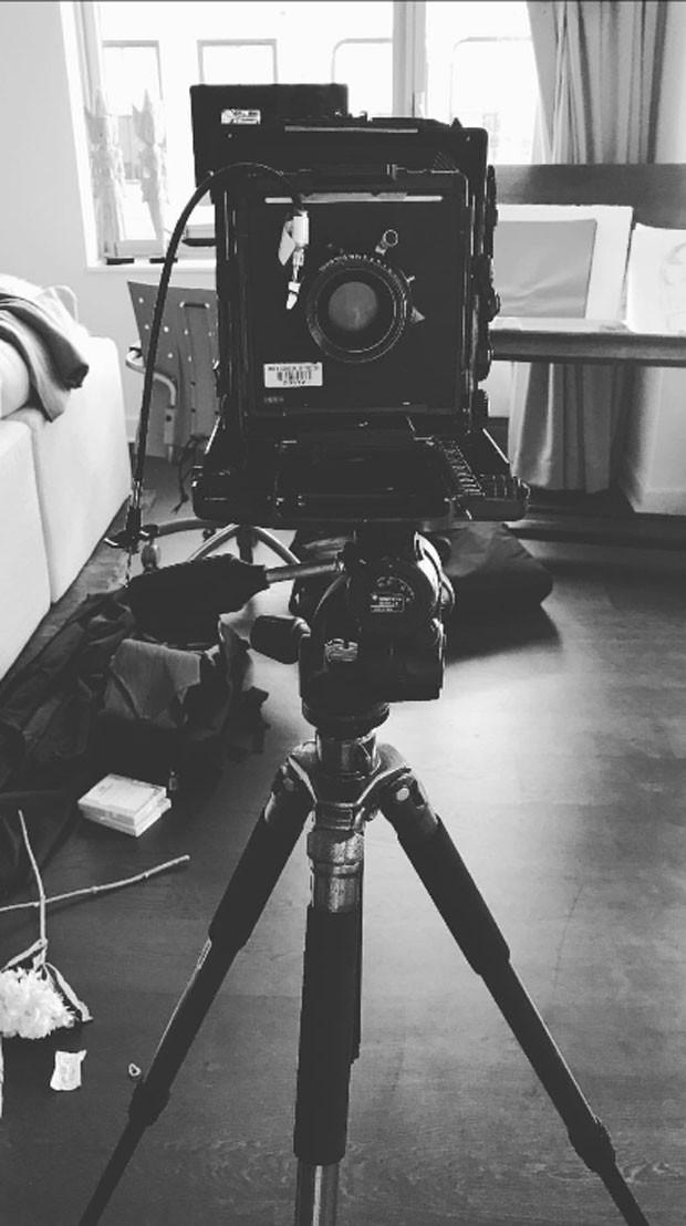 Bruna Marquezine  mostrou uma câmera fotográfica (Foto: Reprodução Instagram)