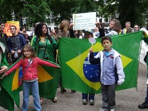 Brasileiros participam de ato em Haia, na Holanda, no sábado (22) (Foto: Josefa Costa de Oliveira/VC no G1)